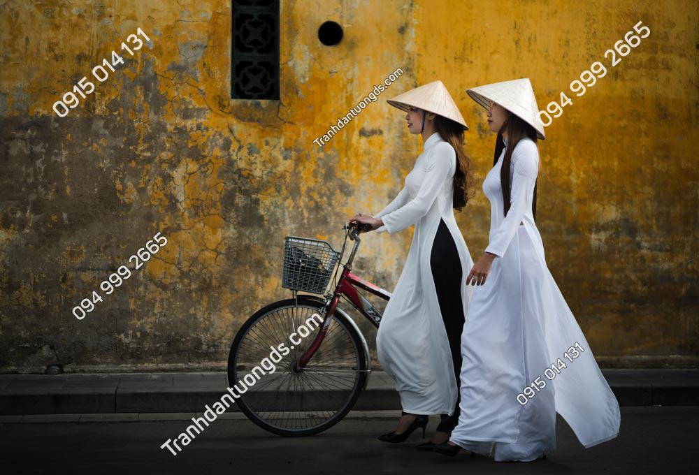 Tranh thiếu nữ áo dài đi dạo phố cổ Hội An 1740902696